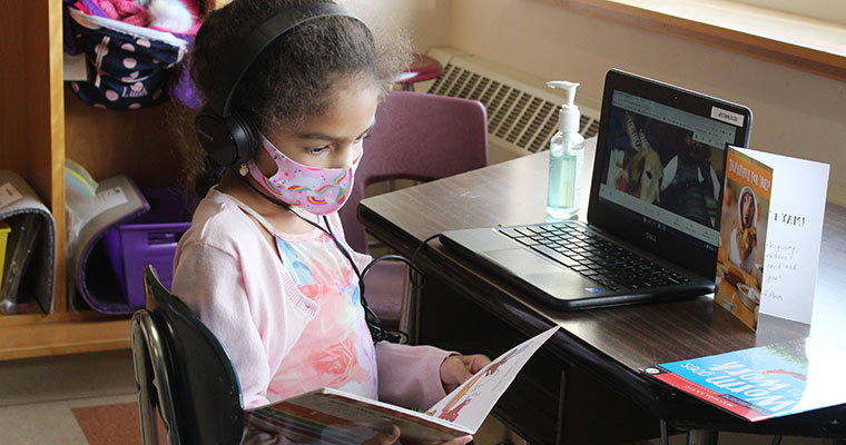 Students reads virtually to therapy dog